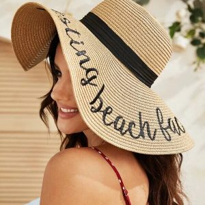 chapeau de plage paille resting beach face